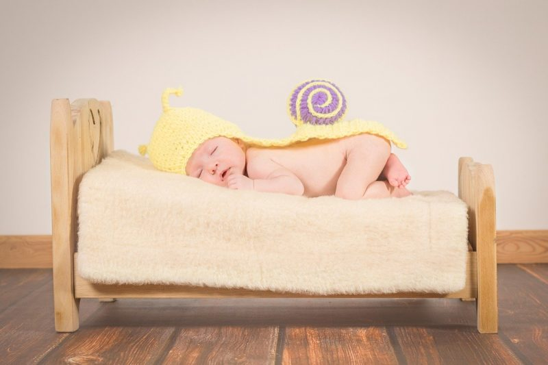 baby slapend op bed hoeveel slaap heeft een baby nodig