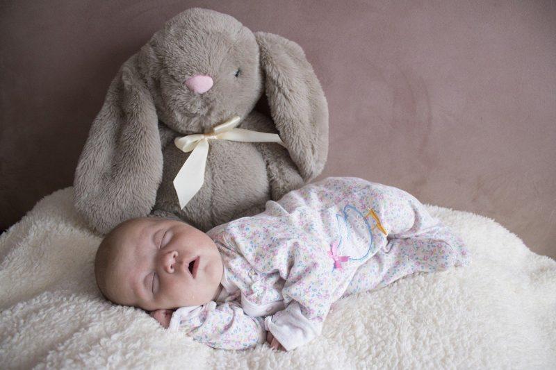 slapende baby knuffel