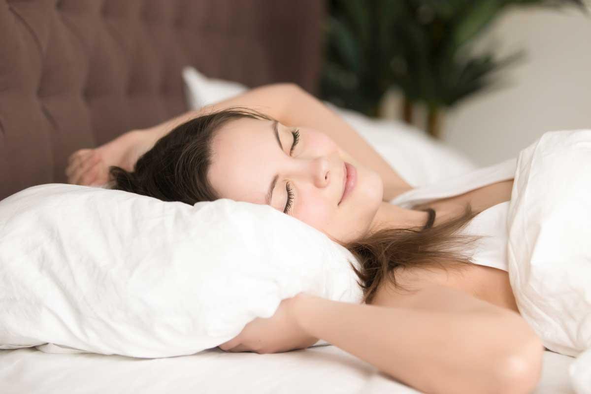 Vrouw-slapend-gelukkig-GABA-supplement